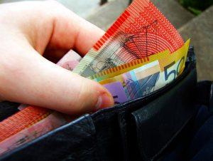Australian_banknotes_in_wallet